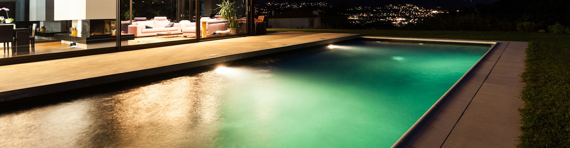 Construction de piscines traditionnelles centerspas for Piscine miroir fond mobile